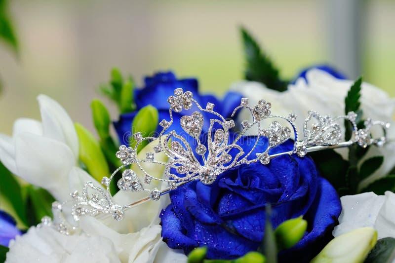 新娘冠状头饰和玫瑰 库存图片