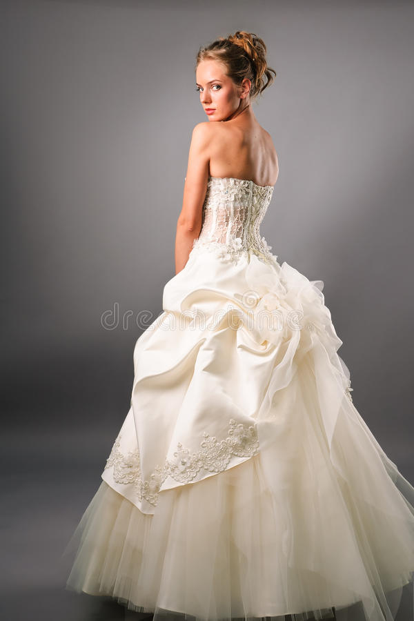 新娘华美的褂子noli佩带的年轻人 免版税库存照片