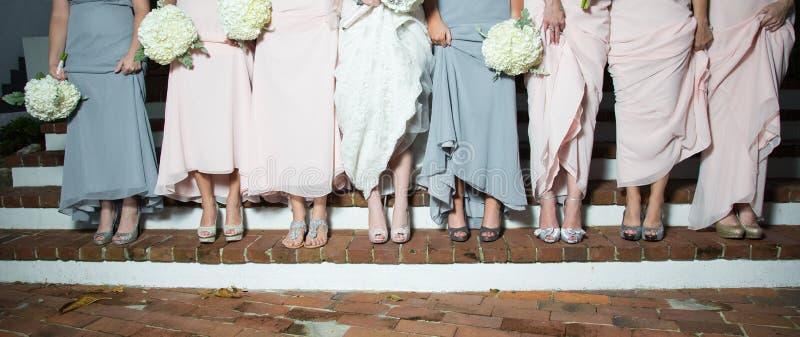 新娘和女傧相展示鞋子 免版税库存照片