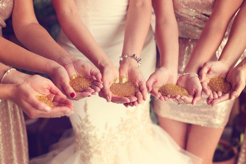 新娘和女傧相藏品闪烁的手 免版税库存照片