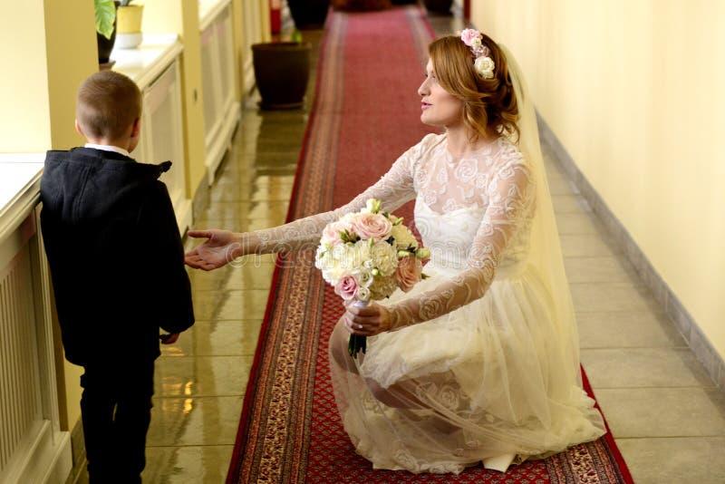 新娘和小男孩 库存图片