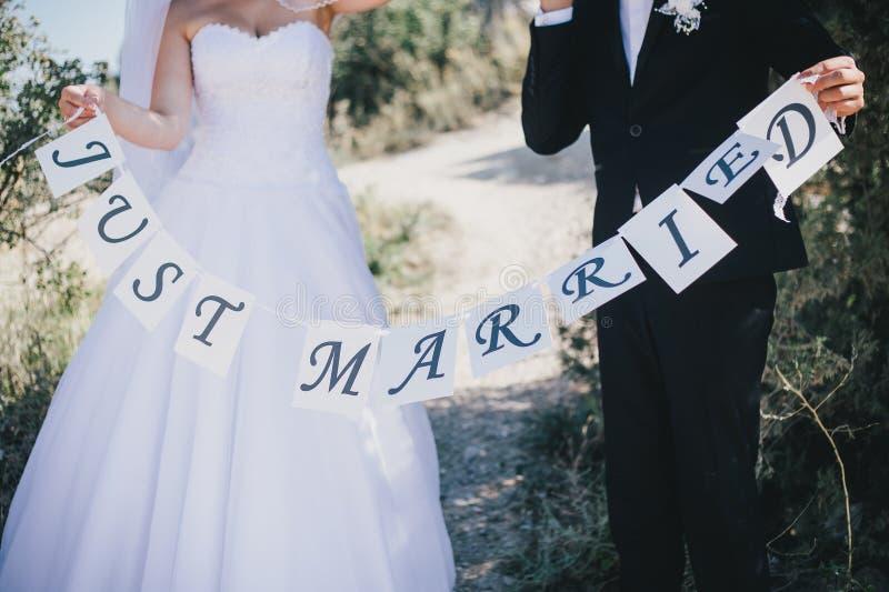 新娘和新郎与结婚的标志 免版税图库摄影