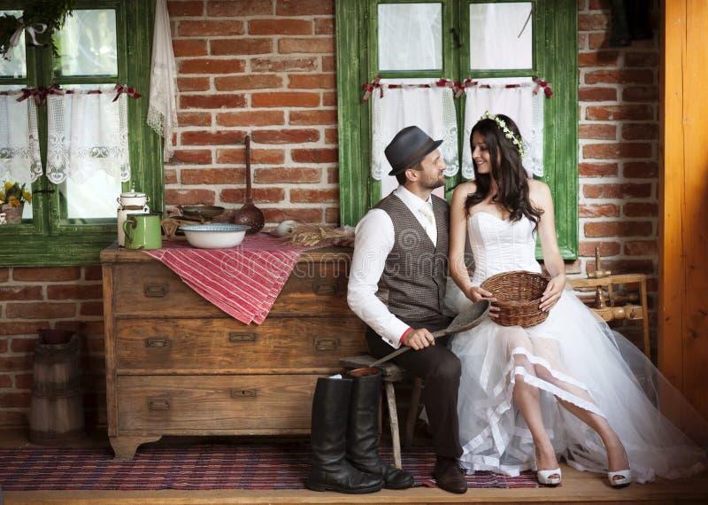 新娘和新郎乡村模式的婚礼 免版税库存图片