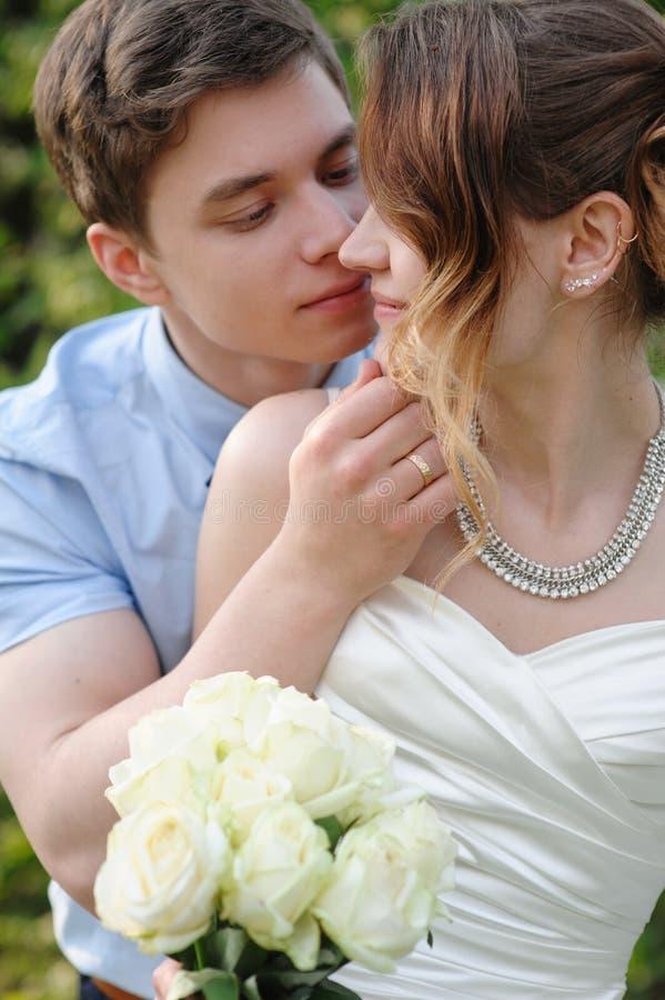 新娘和新郎亲吻在春天从事园艺 库存图片