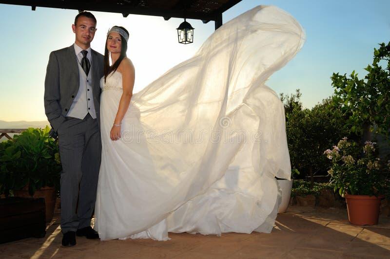 新娘和新郎在全长的门廊下 库存图片