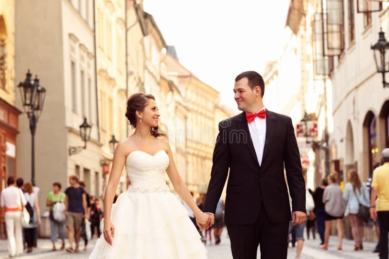 新娘和新郎在城市 免版税图库摄影