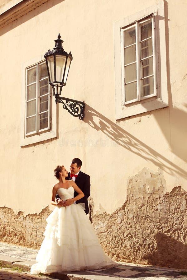 新娘和新郎在城市 库存图片