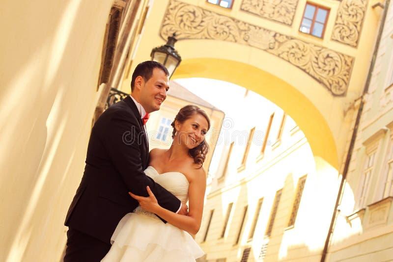 新娘和新郎在城市 库存照片