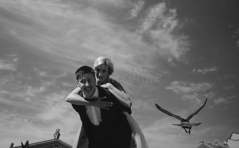 新娘和新郎在天空背景  免版税库存图片