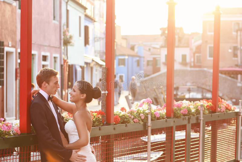 新娘和新郎在威尼斯,有好时间一起 免版税库存照片