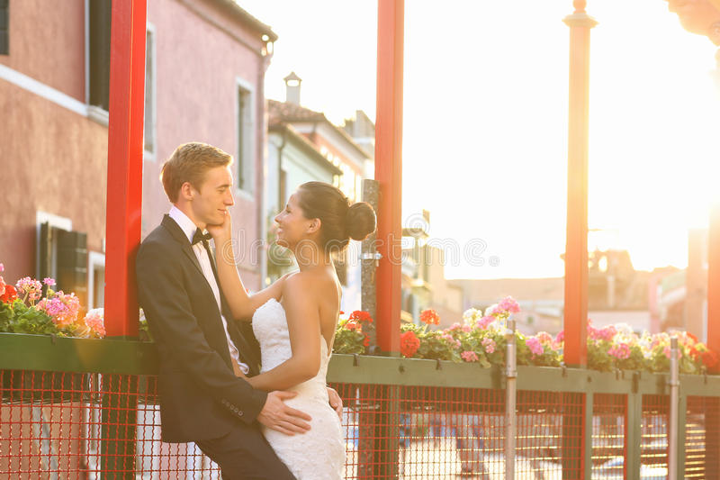 新娘和新郎在威尼斯,有好时间一起 免版税图库摄影