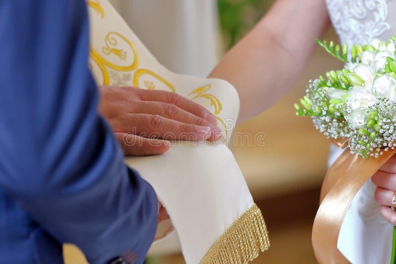 新娘和新郎在婚戒交换期间在教会 免版税图库摄影