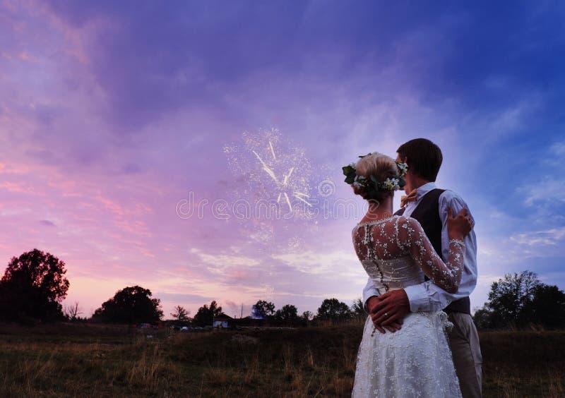 新娘和新郎在婚礼以后支持湖, 他们是愉快的 在温暖设色的现出轮廓的照片 免版税库存照片