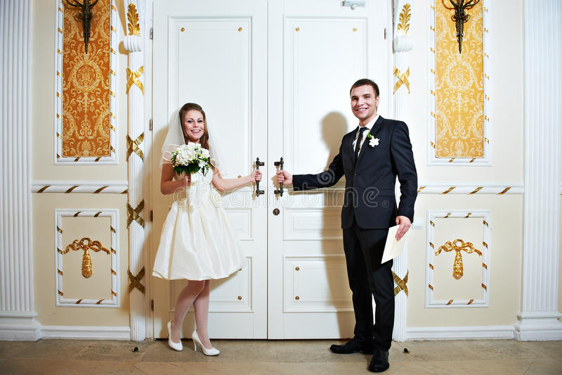 Download 新娘和新郎在婚礼大厅附近的门 库存照片. 图片 包括有 人们, 花束, 白种人, 突出, 样式, 浪漫, 大厅 - 30336828