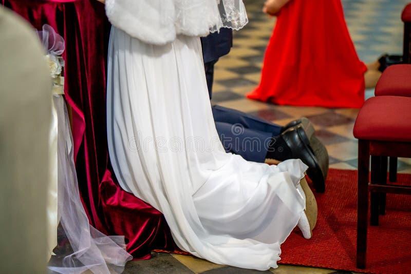 新娘和新郎在婚礼期间在教会里 图库摄影