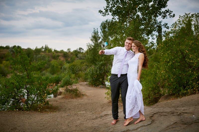 新娘和新郎在婚礼步行采取selfie 库存图片