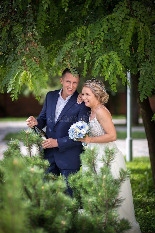 新娘和新郎在婚礼用香槟 免版税库存照片