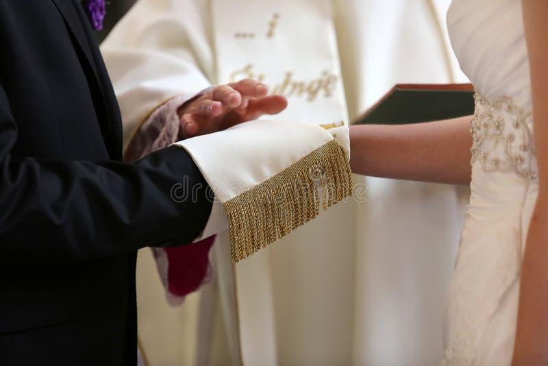 新娘和新郎在婚姻誓言期间 库存图片