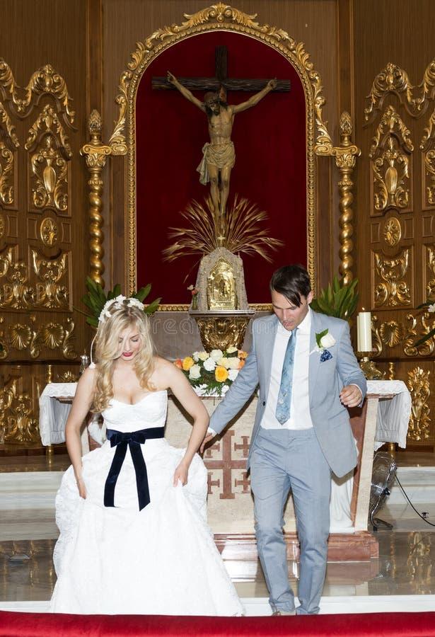 新娘和新郎在教会里 免版税图库摄影