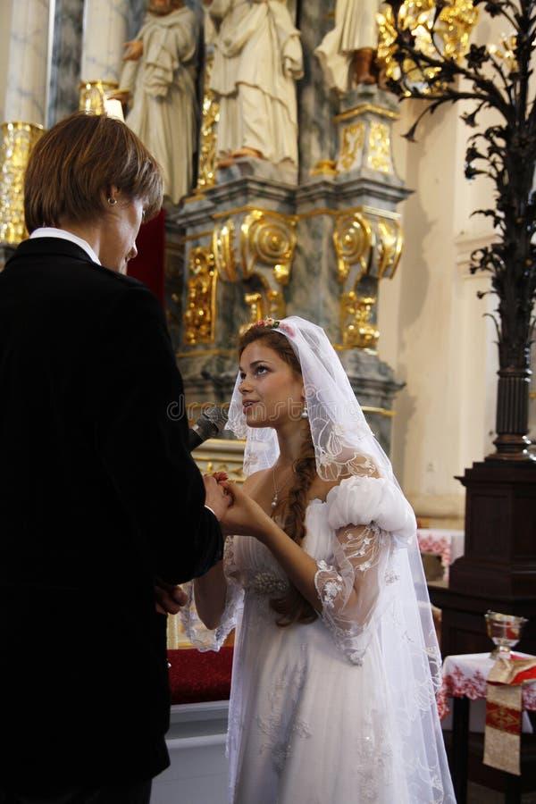 新娘和新郎在教会 免版税图库摄影