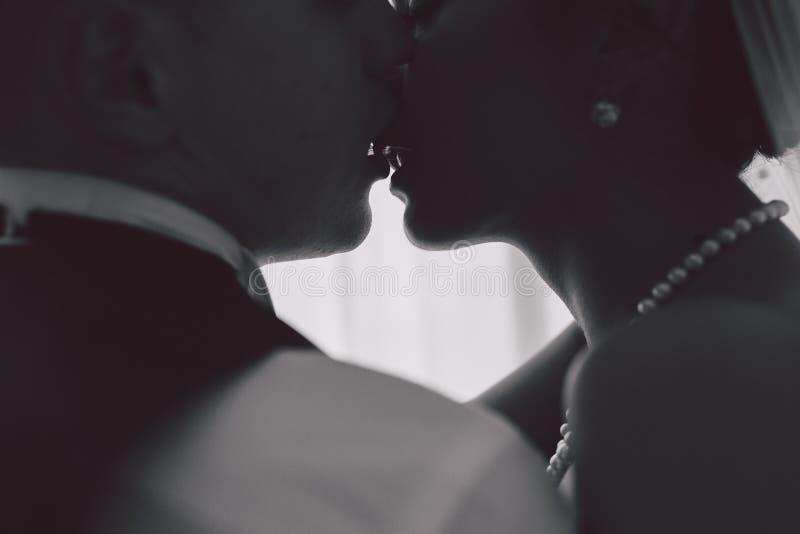 新娘和新郎在旅馆客房 免版税库存图片