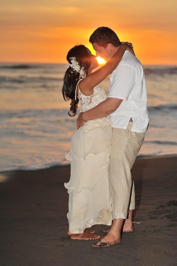 新娘和新郎在日落 库存图片
