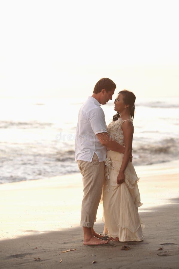 新娘和新郎在日落 图库摄影