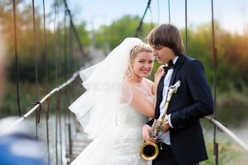 新娘和新郎在桥梁站立 库存照片