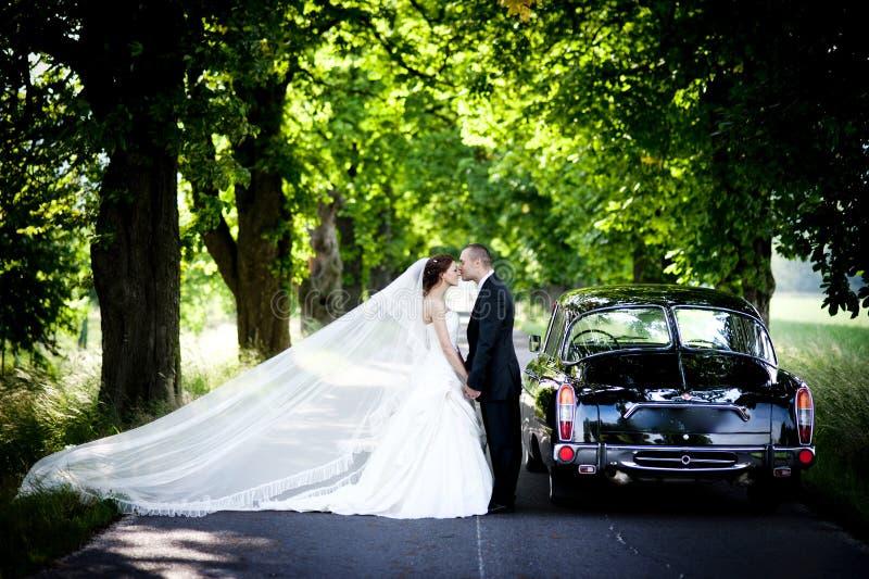 新娘和新郎在汽车 免版税图库摄影