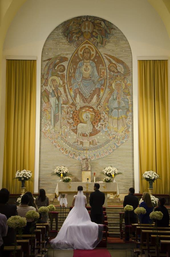 新娘和新郎在法坛 免版税库存图片