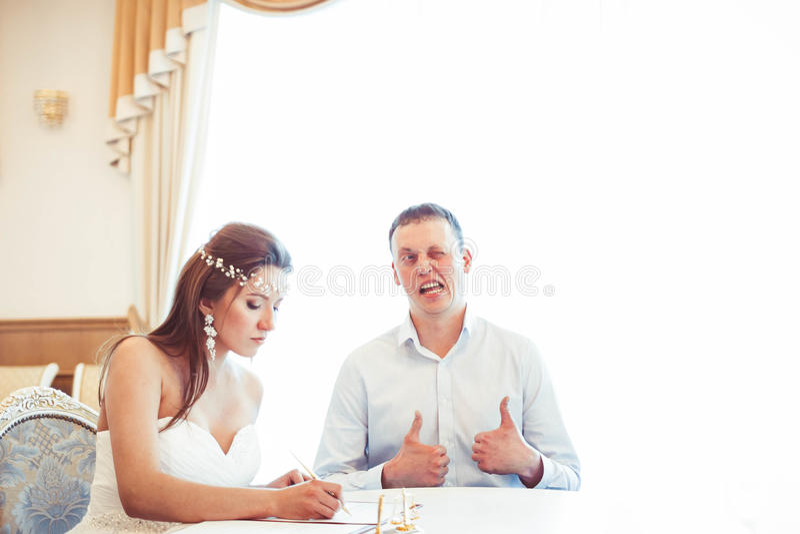 新娘和新郎在注册处 免版税图库摄影