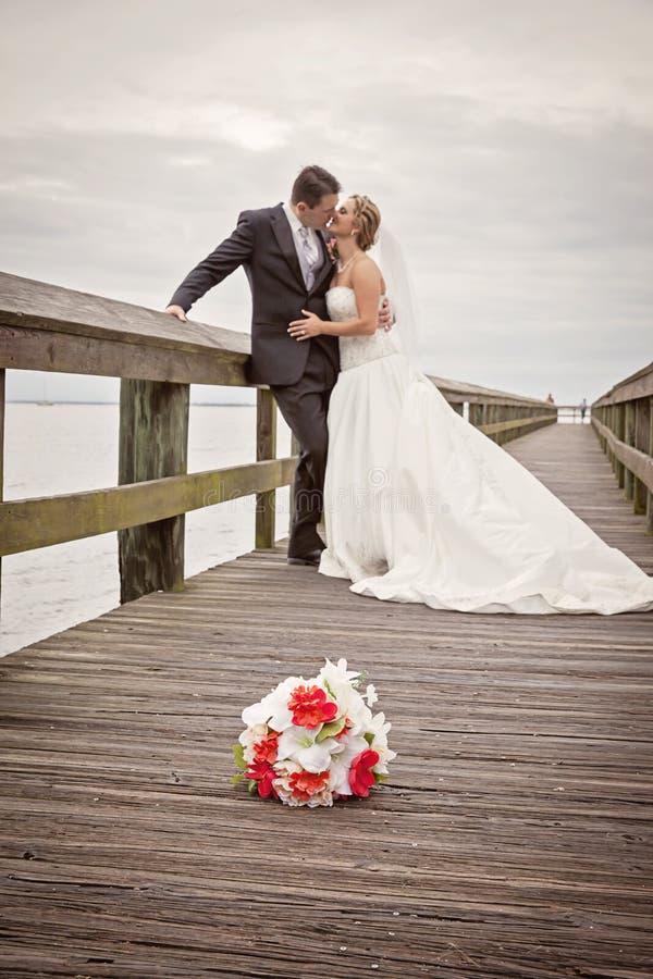 新娘和新郎在船坞 免版税图库摄影