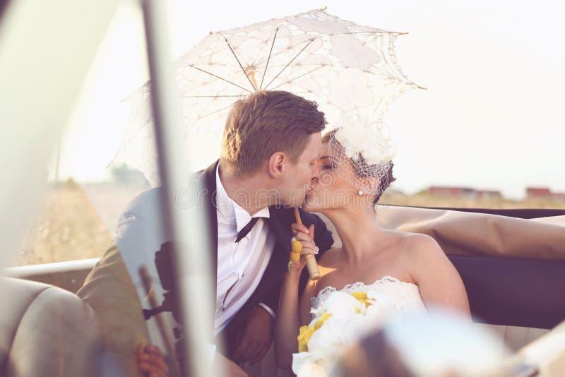 新娘和新郎在葡萄酒汽车 图库摄影