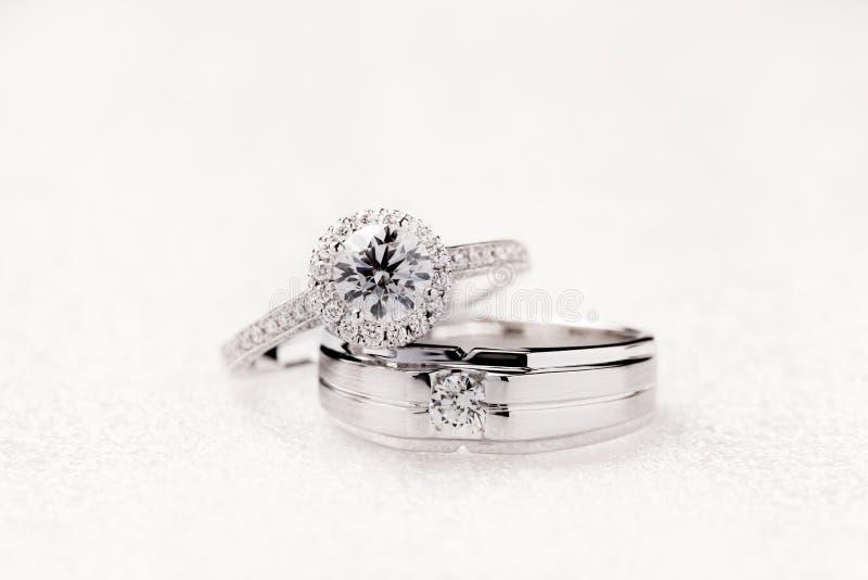 新娘和新郎婚礼在白色背景的定婚戒指 免版税图库摄影