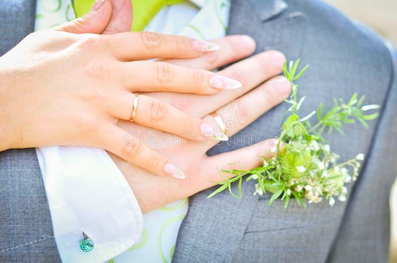 新娘和新郎手 免版税库存图片