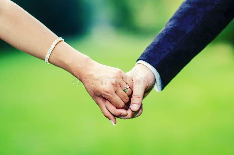 新娘和新郎手 免版税图库摄影