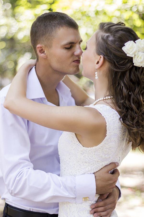 新娘和新郎敬佩 免版税库存图片