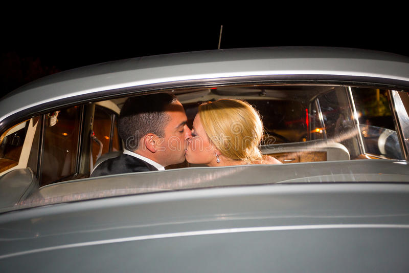 新娘和新郎最后的亲吻 免版税库存照片