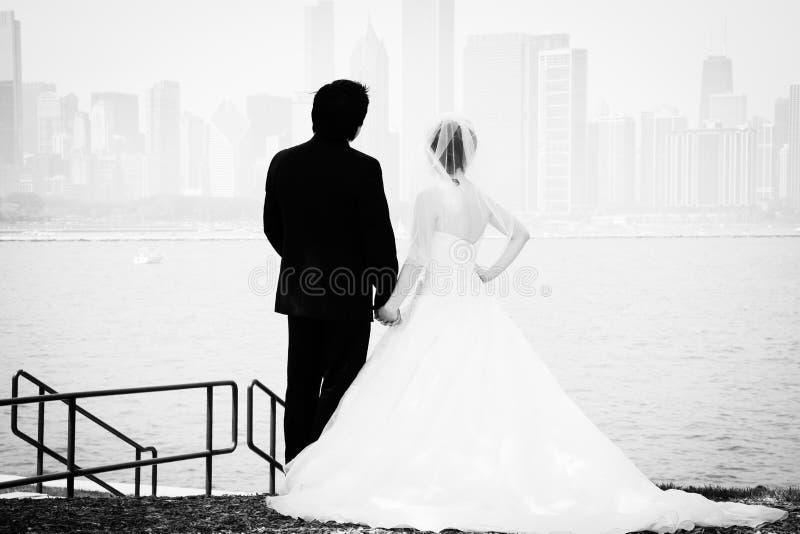 新娘和新郎由湖 库存图片