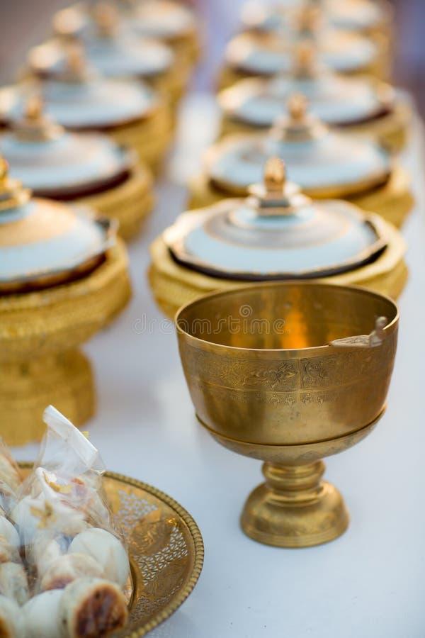 新娘和新郎的典雅的金黄碗给目标食物和尚 免版税图库摄影