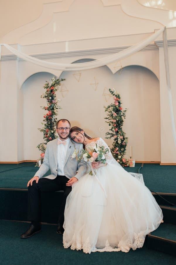新娘和新郎的情感婚姻的摄影用不同的地点 免版税图库摄影