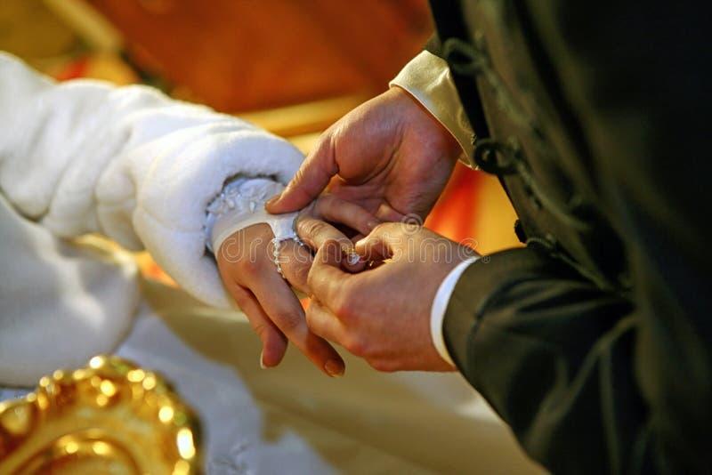 新娘和新郎的手 免版税库存图片