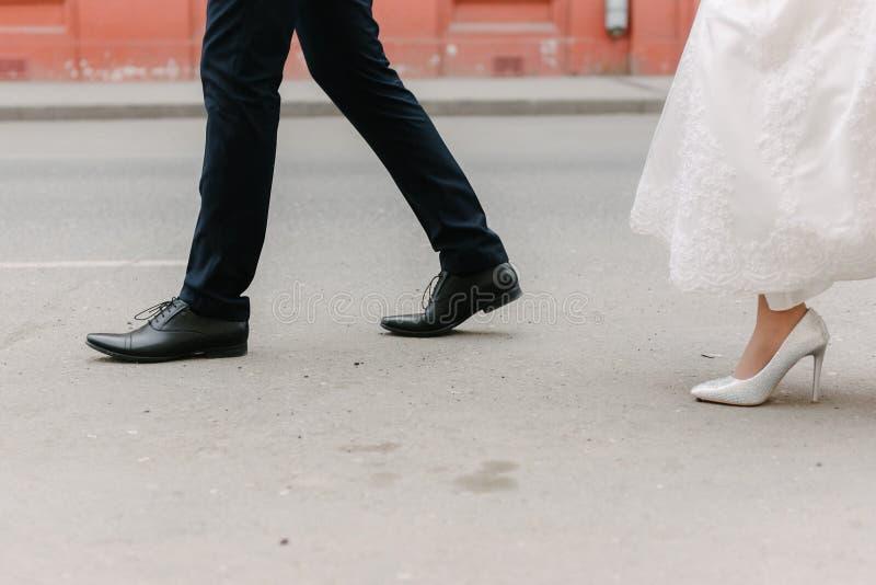新娘和新郎的脚在婚礼 图库摄影