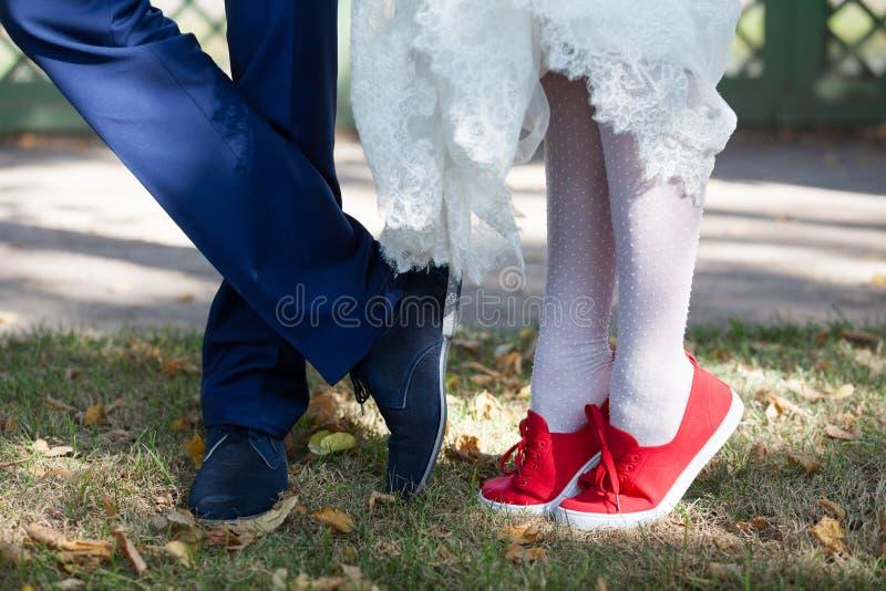 新娘和新郎的脚在鞋子 库存照片