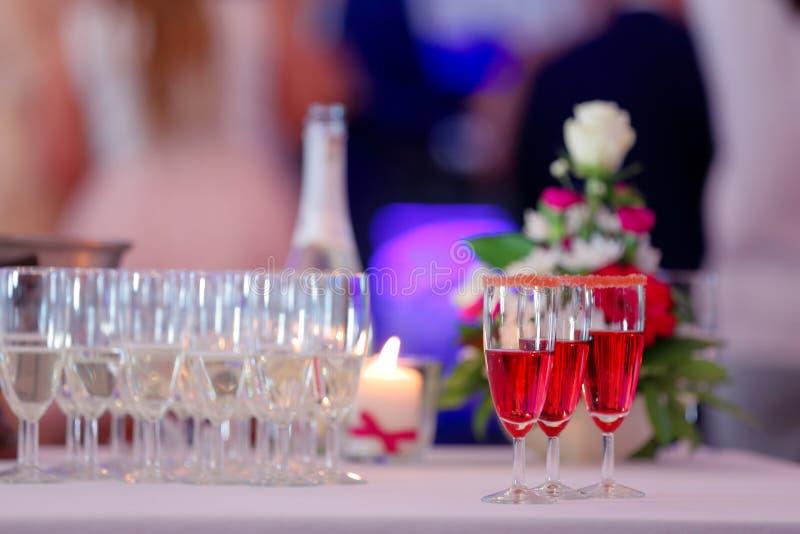 新娘和新郎的香宾在结婚宴会 免版税库存图片