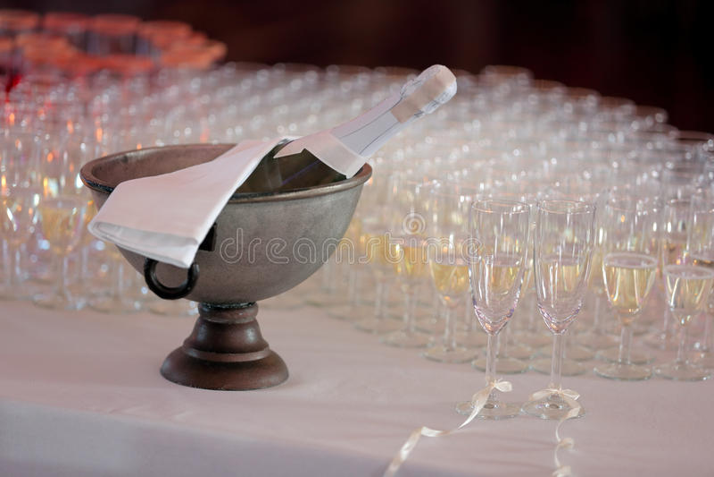 新娘和新郎的香宾在结婚宴会 免版税图库摄影