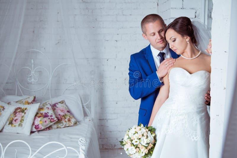 新娘和新郎纵向 免版税库存图片