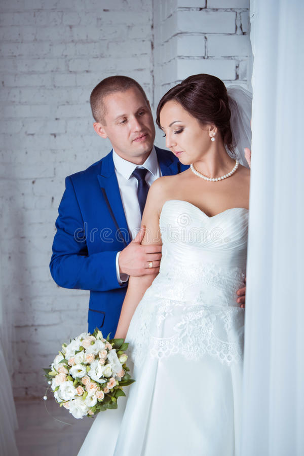 新娘和新郎纵向 库存照片