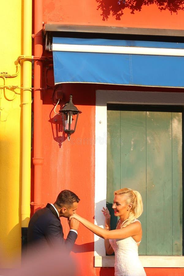 新娘和新郎获得乐趣在城市 库存图片