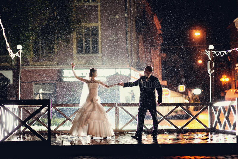 新娘和新郎跳舞夜 免版税库存图片